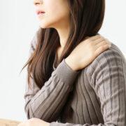 肩が重い女性
